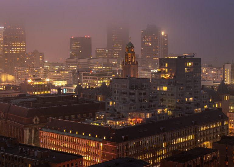 Mistige zonsondergang vanaf de Laurenskerk