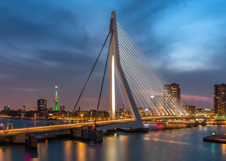 De Erasmusbrug en Euromast tijdens het blauwe uurtje