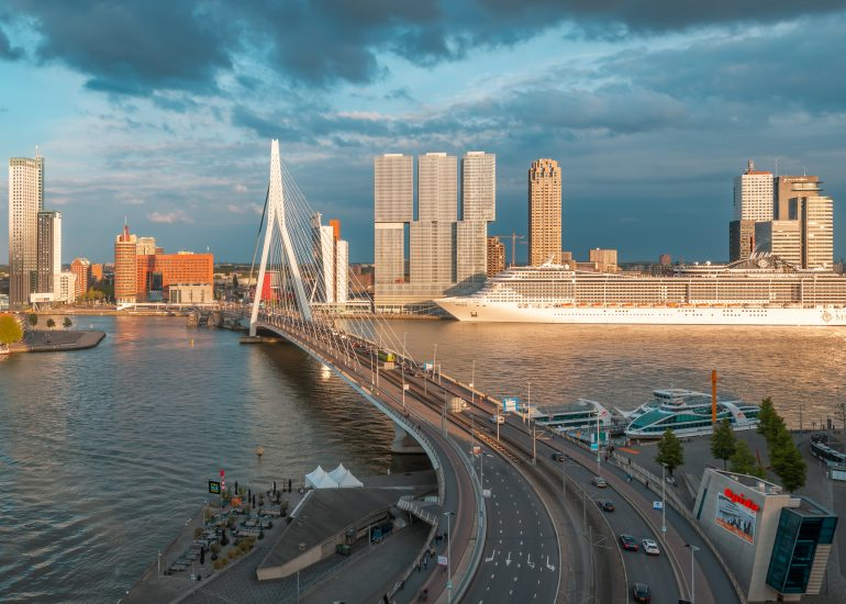 Erasmusbrug en het cruiseschip MSC Preziosa