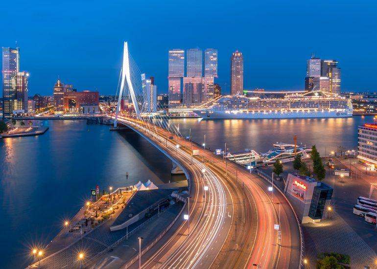 Rotterdam tijdens het blauwe uurtje