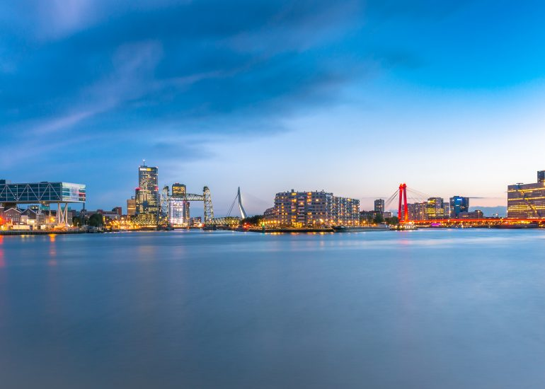 Skyline Rotterdam vanaf Maasboulevard