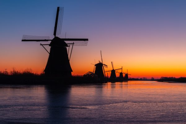 Silhouetten molens in Kinderdijk