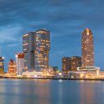 Skyline van Rotterdam tijdens blue hour