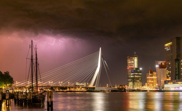Onweer boven de Erasmusbrug in Rotterdam