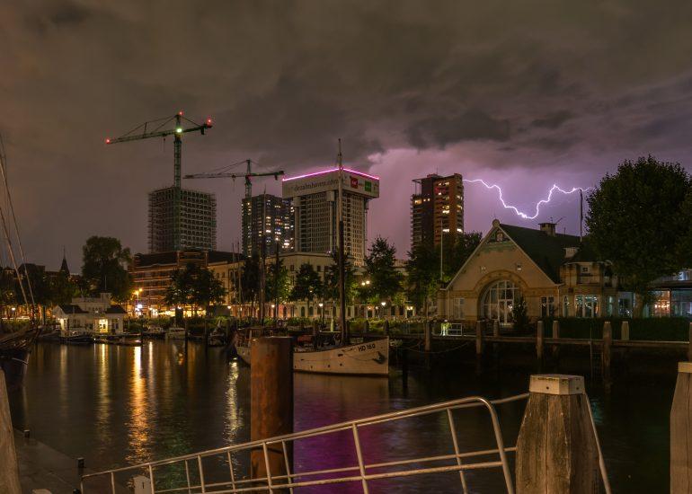 Onweer boven de Veerhaven in Rotterdam