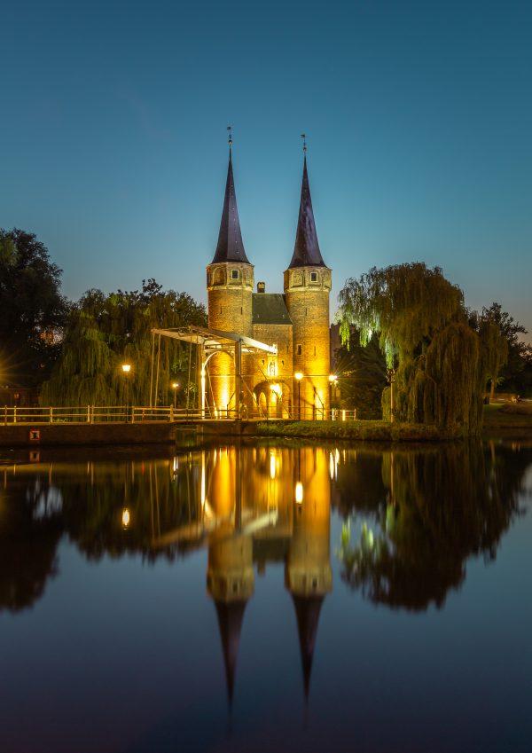 De Oostpoort in de avond (Delft)