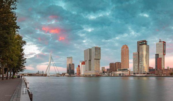 Zonsondergang in Rotterdam met uitzicht op de Kop van Zuid