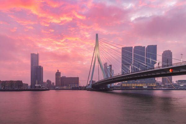 Knallende zonsopkomst in Rotterdam