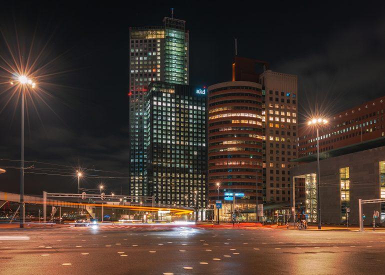 Avondfotografie op een druk kruispunt in Rotterdam