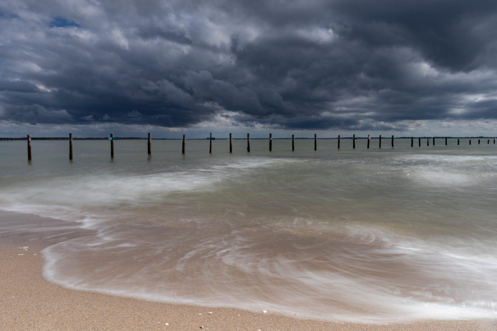 Donkere buien boven het strand