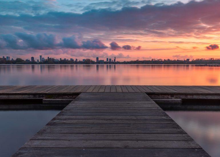 Een bewolkte zonsondergang aan de Kralingse Plas
