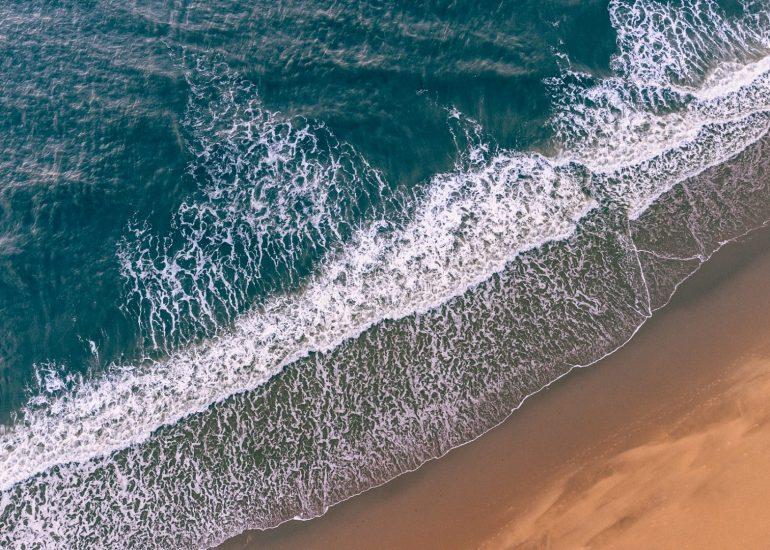 Golven aan het strand