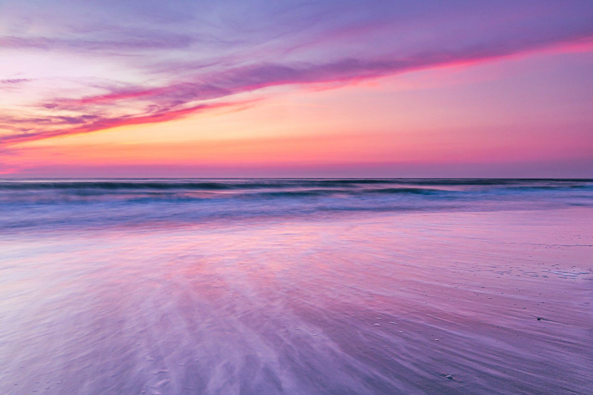 Zonsondergang aan het strand op de Tweede Maasvlakte