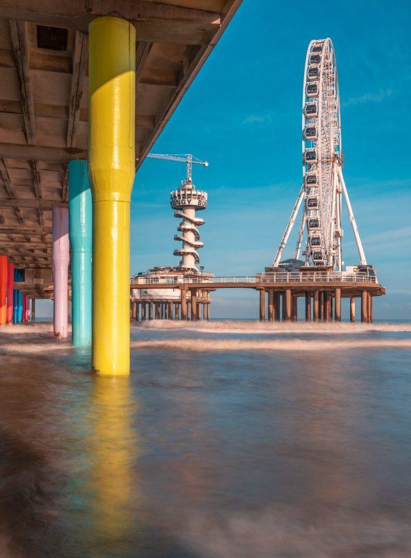 Onder de Pier van Scheveningen met oog op het reuzenrad