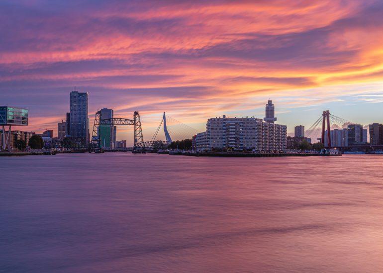 Skyline Rotterdam met prachtige zonsondergang